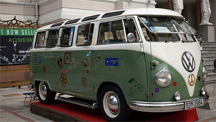 Đây là chiếc Volkswagen sản xuất năm 1959. Trên xe có những họa tiết vui mắt.