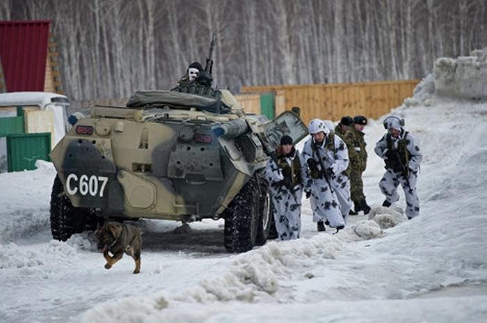 Cảnh sát đặc nhiệm Nga cùng xe bọc thép di chuyển trên tuyết