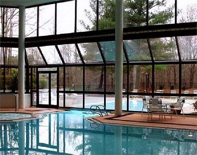 Một đại gia đã kết hợp bể bơi trong nhà lẫn ngoài trời để thỏa mãn thú vui bơi lội trong tất cả các mùa. Bể luôn được giữ ở nhiệt độ nhất định để giữ ấm và trang hoàng bằng những cây cầu đá, đài phun nước, cây xanh tạo cảm giác thư giãn dễ chịu