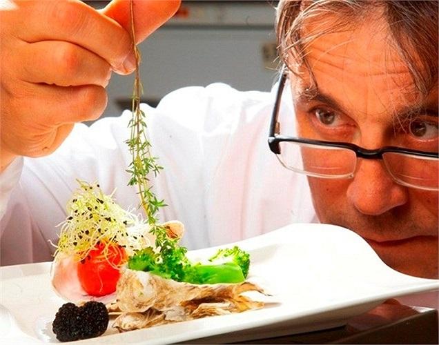 Một chút lười biếng khiến các đại gia ngại rời khỏi nhà ra nhà hàng ăn uống, vì vậy họ tự xây cho riêng mình những căn phòng sang trọng, lộng lẫy và tất nhiên cả đầu bếp riêng chăm lo dinh dưỡng cho mình