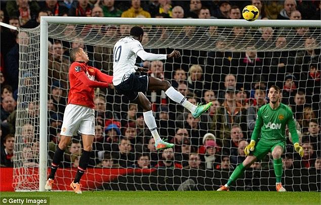 Mùa giải trước, Tottenham từng hạ hục Man United ngay tại thánh địa Old Trafford và ngay trong ngày đầu năm 2014, kịch bản cũ tiếp tục diễn ra. Phút 34, Adebayor khai thông bế tắc bằng một pha đánh đầu dũng mãnh.