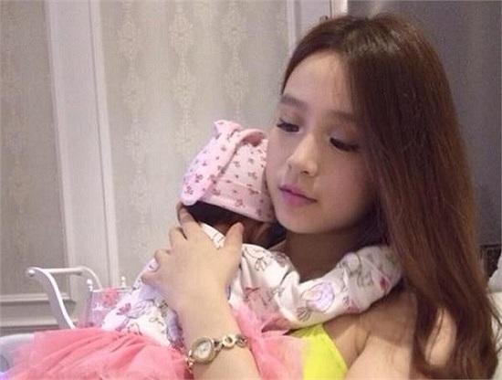 Hồi tháng 8/2013, một đoạn clip dài 9 phút về đám cưới của Huyền Baby bỗng dưng xuất hiện trên nhiều trang chia sẻ video. Theo đó, cô kết hôn cùng một anh chàng có tên là Quang Huy.
