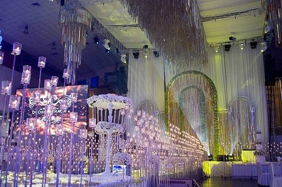 Cặp đôi cũng đốt hàng ngàn pháo hoa nhỏ trong tiệc cưới có giá 3 tỷ này. Phần cỗ bàn cho cả ngàn khách cũng tiêu tốn của cặp đôi số tiền tương đương.