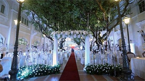 Hai tháng sau, Đan Trường cũng cùng vợ Việt kiều tổ chức hôn lễ thứ hai tại một khách sạn hạng sang của TP.HCM. Theo một số nguồn tin, đám cưới này cũng tiêu tốn bạc tỷ của Đan Trường.