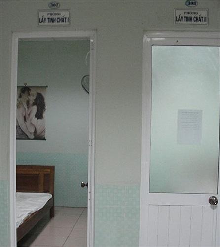Sau đây là những hình ảnh ghi lại tại bệnh viện chuyên khoa Nam học và Hiếm muộn Hà Nội. Để lấy tinh trùng, các ông bố được đưa vào phòng lấy tinh chất.