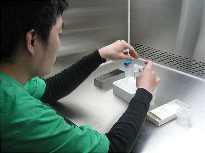 Nhân viên này đang thao tác lọc rửa tinh trùng.