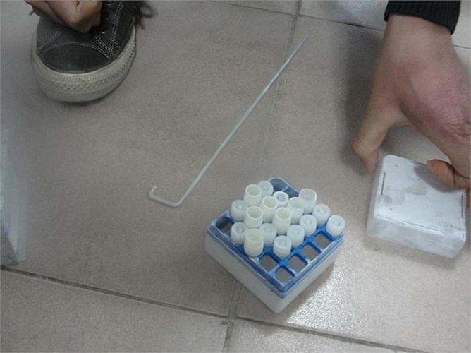 Nếu các quý ông có nhu cầu lưu trữ, tinh trùng sẽ được lưu trữ như thế này. Đây là những lọ chứa tinh trùng lưu ở ngân hàng tinh trùng của viện.