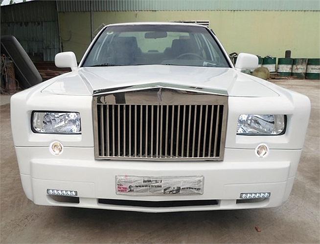 Chiếc Rolls-Royce Phantom nhái được làm lại từ chiếc Toyota Camry 1988, thuộc sở hữu của một người chơi xe ở Sài Gòn.