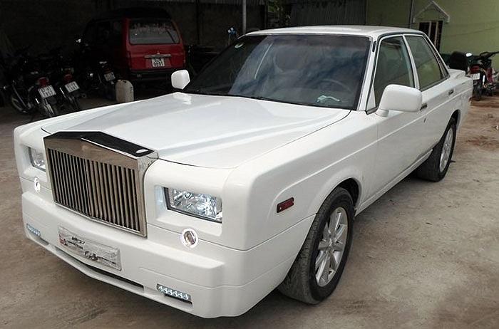 Lấy cảm hứng từ mẫu xe siêu sang Rolls-Royce Phantom, toàn bộ 'dàn áo' của chiếc Camry 1988 được bỏ đi để thay một lớp áo mới kiểu dáng Phantom.