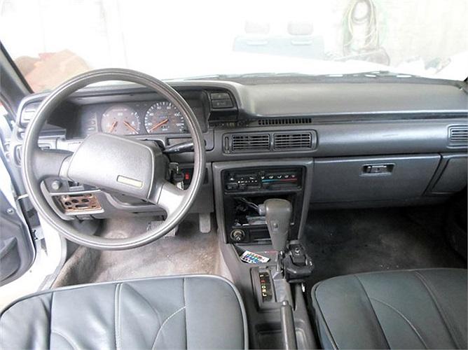 Ngoài kiểu dáng bề ngoài nhái Rolls-Royce Phantom, nội thất của xe vẫn giữ nguyên như mẫu Camry 1988.