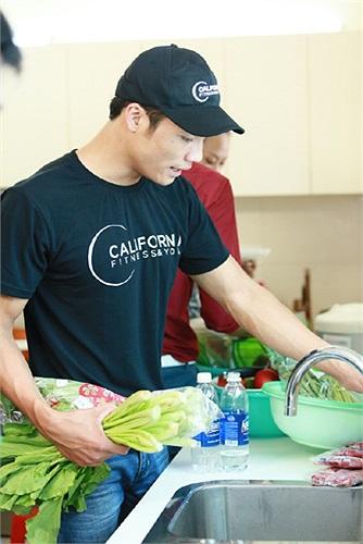 Mạnh Kiên là chàng trai đảm đang, nấu ăn cùng các thí sinh nữ.