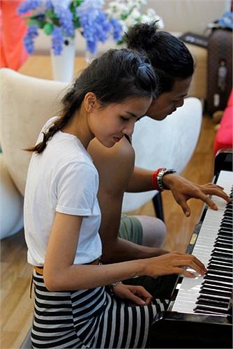 Tuấn Việt dạy đàn cho Hà Thu.