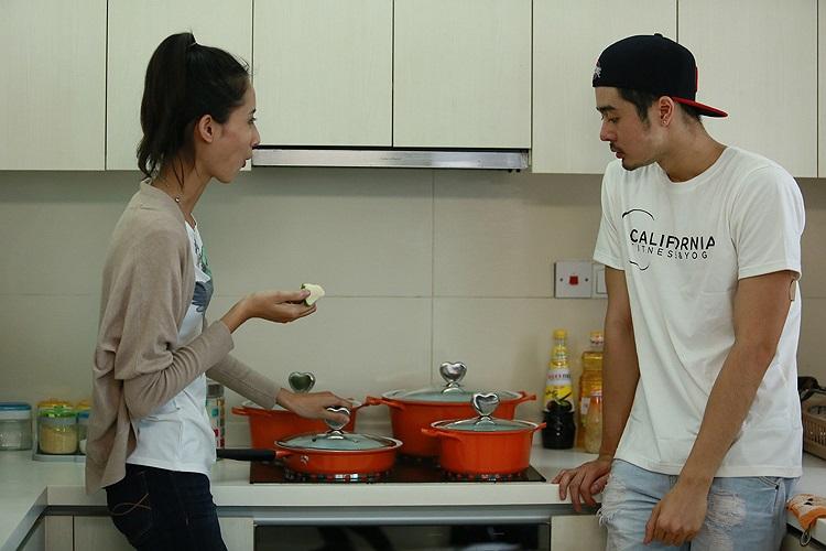Dương Mạc Anh Quân cùng với Nguyễn Hằng trong bếp của nhà chung cả hai khá thân thiết.