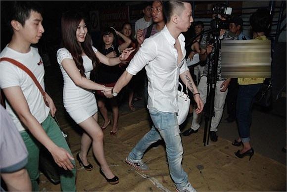 Trên trang cá nhân của chàng trai được coi là 'bạn trai tin đồn' của Hương Tràm chia sẻ khá nhiều status và hình ảnh tình cảm với cô nàng.