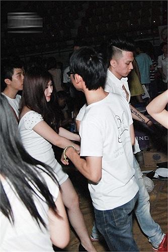 Anh chàng vẫn thường xuyên đưa đón Hương Tràm và trao cho cô những cử chỉ thân mật.