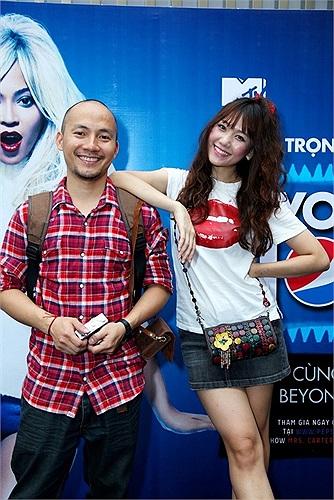 Bạn gái Tiến Đạt là một cô gái người Hàn gốc Việt, Hari từng là thành viên nhóm nhạc nữ của Hàn Quốc Kiss.