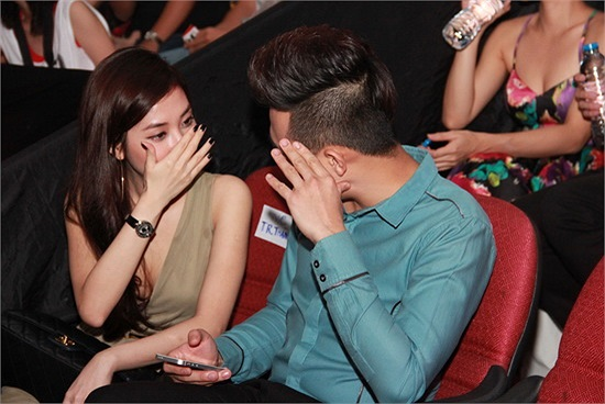 Mặt khác, là một nghệ sĩ đa tài, Trấn Thành cũng tỏ ra mình là người yêu biết quan tâm và rất tâm lý với đầy đủ những chiêu thức để lấy lòng cô bạn gái xinh đẹp.