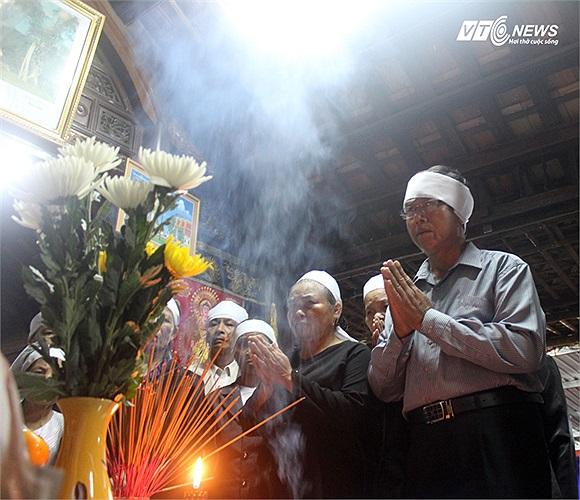 Những nén nhang đầu tiên được dâng lên linh sàng Đại tướng tại Nhà lưu niệm Đại tướng.