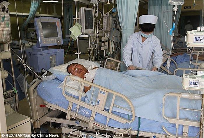 Mặc dù may mắn thoát chết nhưng bác sĩ nói anh có thể bị tê liệt tạm thời.