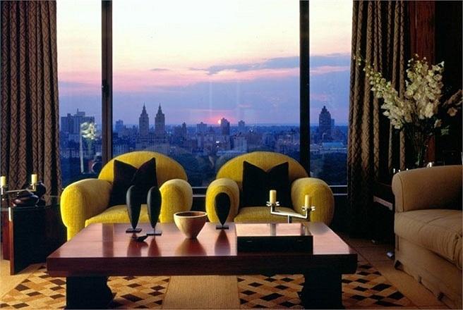 Phòng Empire Suite, khách sạn The Carlyle, New York City, Mỹ    Giá phòng: 15.000 USD/đêm    Phòng Empire Suite trong khách sạn The Carlyle ở New York là một phòng 2 tầng với cầu thang xoắn ốc và hướng nhìn tuyệt đẹp ra công viên Central Park.