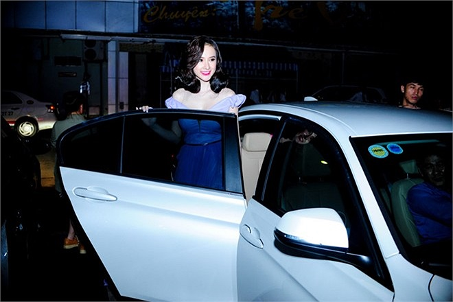 'Nữ hoàng thị phi' được tài xế chở đến đêm lên sóng đầu tiên của chương trình Ngôi sao thiết kế Việt Nam bằng xế hộp riêng. Cô gây chú ý ngay từ khi xuất hiện bởi từ khi bị lệch cấm diễn, Angela Phương Trinh sống kín đáo và ít đi tiệc hơn trước kia.