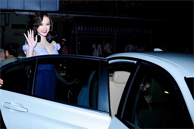 Mỗi lần xuất hiện, Angela Phương Trinh lại làm mới mình với kiểu tóc khác. Tối qua, bà mẹ nhí biến thành một quý cô sang trọng nhưng vẫn rất quyến rũ, xinh đẹp.