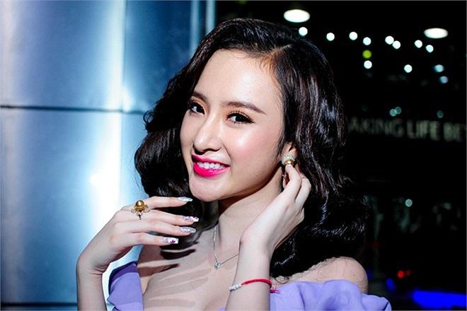 Chiếc đầm của NTK Lê Thanh Hòa giúp Phương Trinh mềm mại hơn, đặc biệt phần thiết kế cổ và vai khiến người đẹp khoe được vòng một đầy đặn.