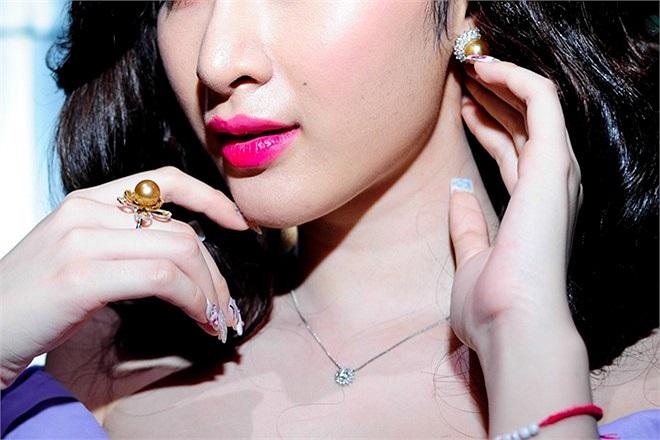 Theo tiết lộ từ một người trong giới, tổng trị giá trang sức Angela Phương Trinh đeo khoảng 300 triệu.
