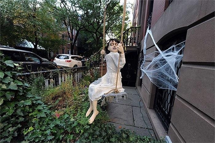 Búp bê ma được đặt ngoài một ngôi nhà ở West Village, New York, Mỹ