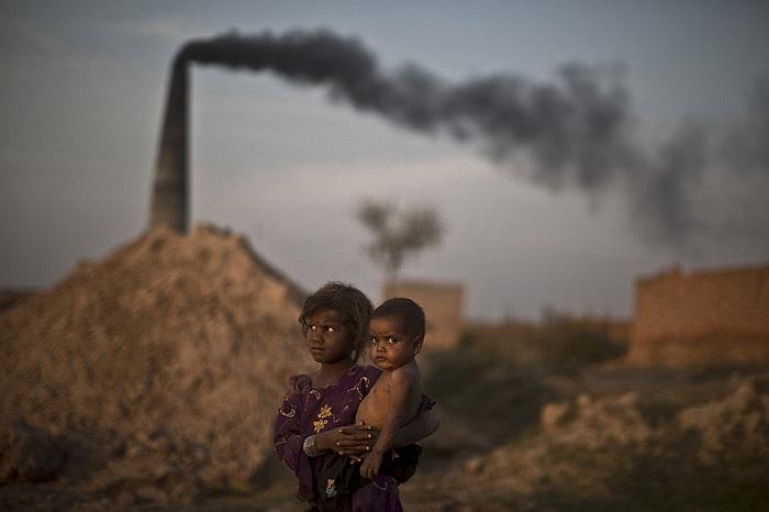 Hai chị em cô bé Sannam Othman ở vùng ngoại ô Islamabad, Pakistan