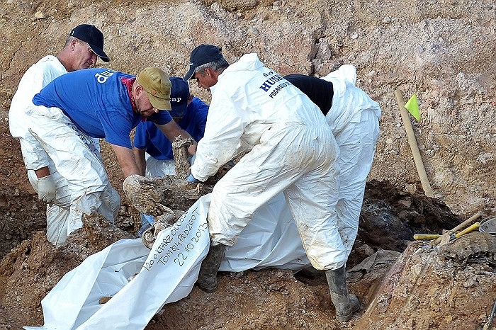 Các chuyên gia tìm kiếm hài cốt trong một khu mộ tập thể ở Tomasica, Croatia, theo họ, nơi đây có 240 thi thể đã được chôn