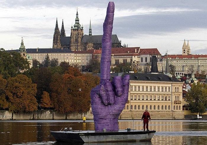 Một tác phẩm của nghệ sĩ CH Séc David Cerny được đặt trên sông trước lâu đài Prague
