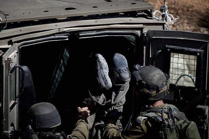 Lính Israel đưa xác đồng đội vào một chiếc xe ở thành phố West Bank, Ramallah