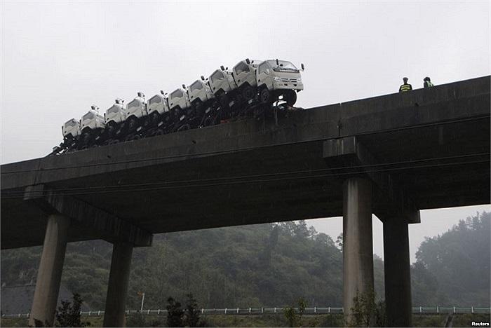 Một dàn đầu xe tải suýt lao xuống sông sau khi tài xế lạc tay lái trên cầu Kaili, Quý Châu, Trung Quốc