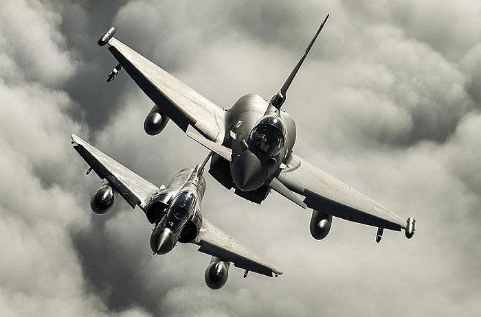 Hai chiếc máy bay của Anh và Pháp đang luyện tập kỹ năng trên bầu trời Yorkshire, Anh