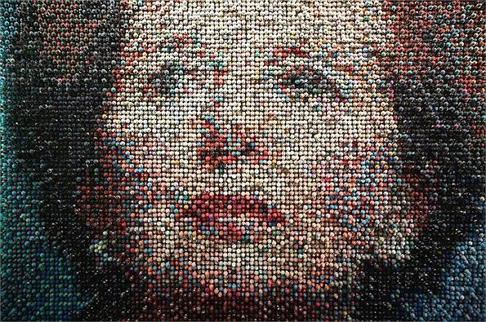 Chân dung 'bà đầm thép' Margaret Thatcher được làm từ hàng ngàn bu long, ốc vít tại Opera Gallery, London