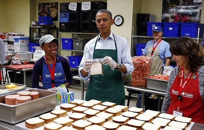 Tổng thống Mỹ Barack Obama tự tay làm bánh sandwich cho người vô gia cư ở một tổ chức phi lợi nhuận