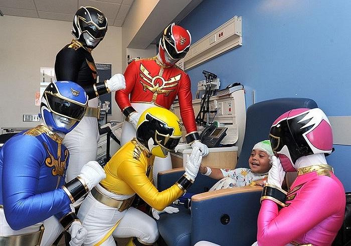 'Năm anh em siêu nhân' thăm các bệnh nhi tại bệnh viện Mattel, Los Angeles, California