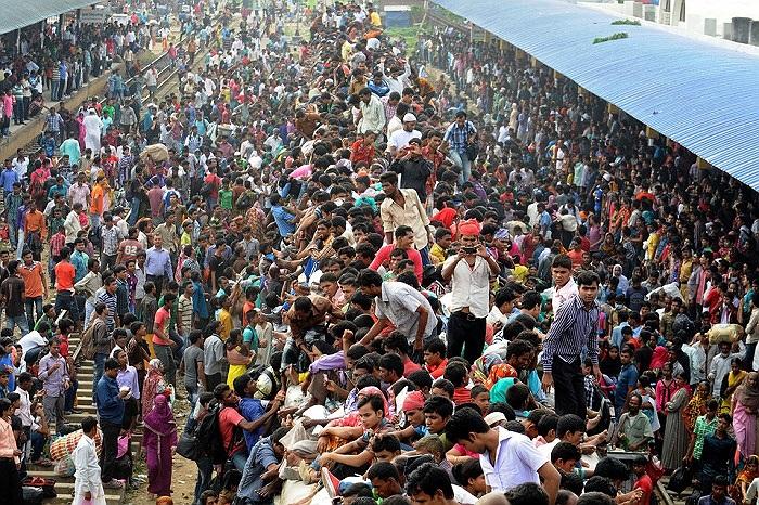 Người dân Bangladesh chen nhau leo lên nóc tàu trước khi tàu chuyển bánh tới một lễ hội