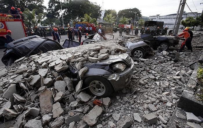 Những chiếc xe bị đè dưới đống đổ nát sau trận động đất ở thành phố Cebu, Philippines