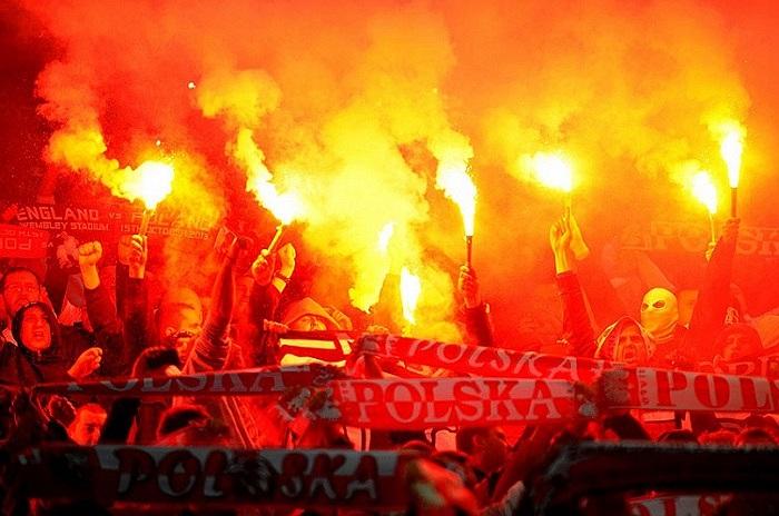 Người hâm mộ Ba Lan đốt pháo sáng trước khi trận đấu giữa Anh và Ba Lan trong khuôn khổ bảng  H vòng loại World Cup 2014 diễn ra tại sân vận động Wembley Stadium , London