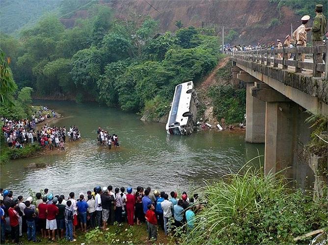 Người dân đứng xung quanh hiện trường vụ tai nạn ở tỉnh Văn Chấn, Yên Bái, có ít nhất 2 người chết, 5 người bị thương