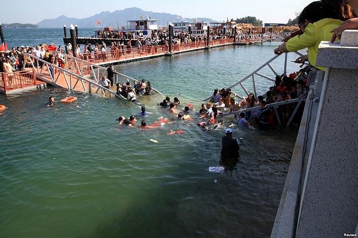 Nhiều khách du lịch rơi xuống nước sau khi một chiếc cầu mới xây dựng ở Giang Tây, Trung Quốc bị sập