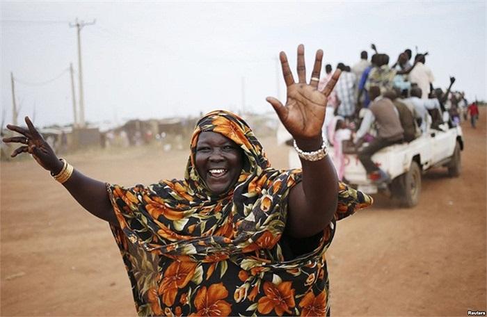 Một phụ nữ đi trong đoàn xe đến thị trấn Abyei, Sudan trước cuộc trưng cầu dân ý