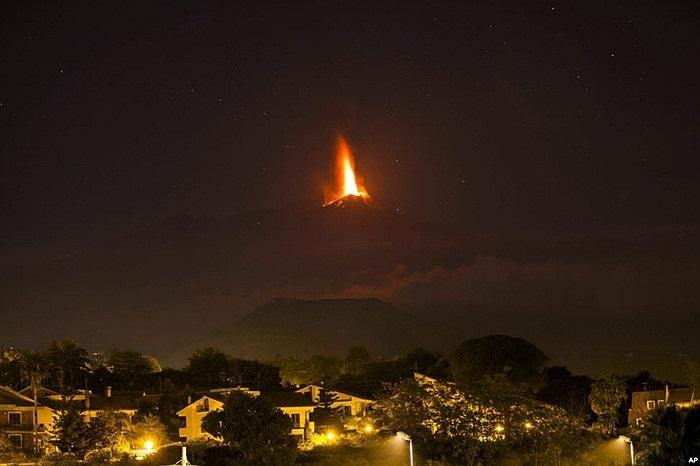 Nham thạch phún xuất từ miệng núi lửa Etna, được nhìn thấy từ làng Viagrande, gần thị trấn Catania, thuộc đảo Sicily, Italia