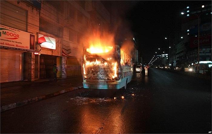 Xe buýt bị đốt cháy bởi những người ủng hộ phe đối lập, thách thức lệnh cấm biểu tình tại Dhaka, Bangladesh