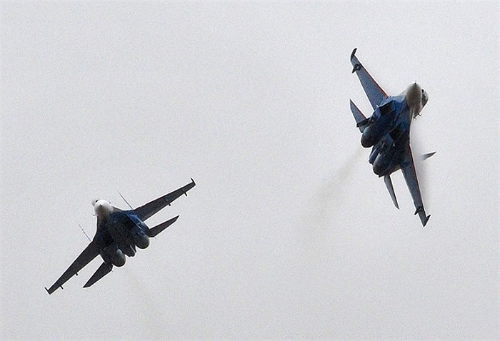 Hai chiếc máy bay Su-27 biểu diễn trên bầu trời Nga