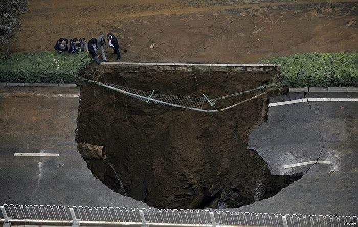 Một hố sụp lớn trên đường phố Tây An, tỉnh Thiểm Tây, Trung Quốc, sau khi đường ống nước bên dưới bị vỡ