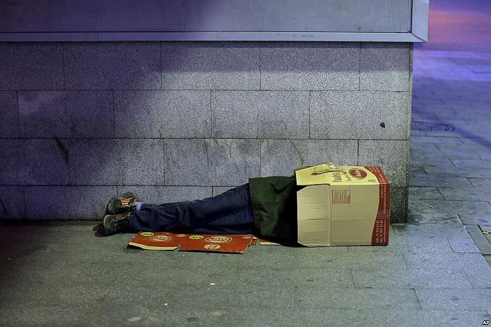 Một người lang thang ngủ trong hộp các-tông ở Madrid, Tây Ban Nha