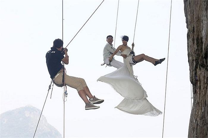 Cặp vợ chồng Trung Quốc chụp ảnh cưới bằng cách đặc biệt: đu dây bên vách núi cheo leo